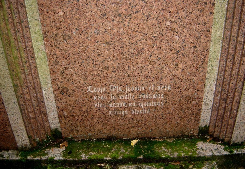 Perekond Uusmani hauamonument. J. Koort, 1932 (graniit). Detailvaade Foto: Sirje Simson 07.10.2007