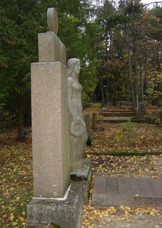 Perekond Rütmani hauasammas. A. Starkopf, 1938 (graniit) Foto: Sirje Simson 09.10.2007