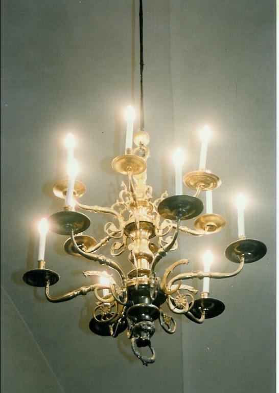 Kroonlühter lõvipea ja rõngaga. Annetatud 1662 (messing). Foto: Jaanus Heinla 2002
