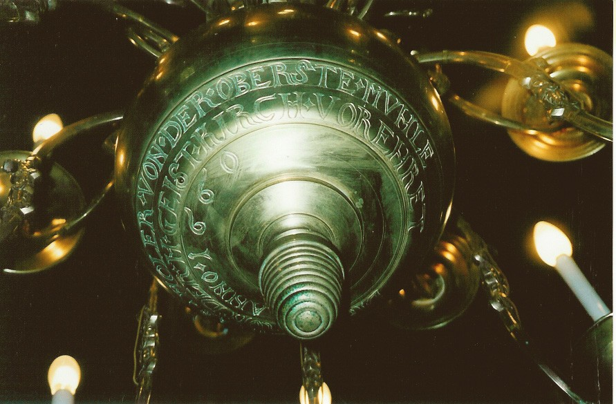 Kroonlühter kahepealise kulliga. Annetatud 1660 (messing). Foto: Sirje Simson 2002