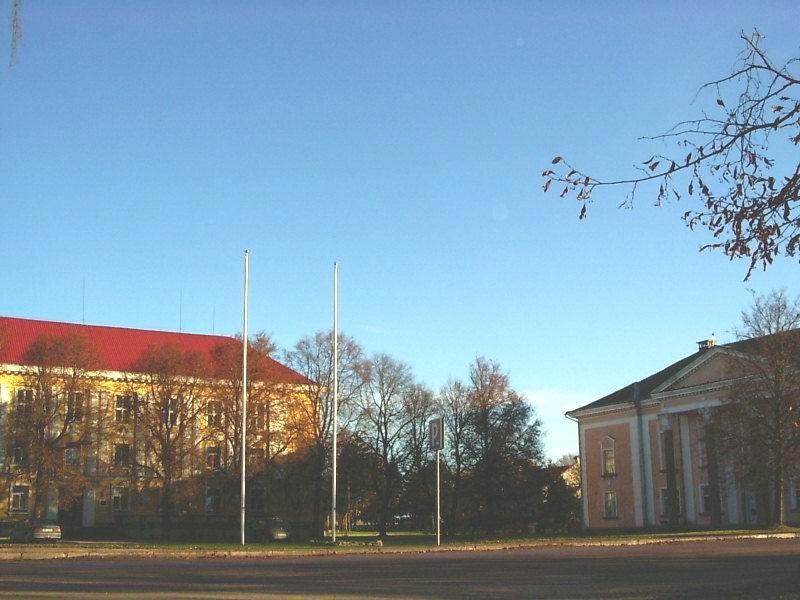 Keskväljak kultuurimaja ja haldushoonega. Foto: L.Hansar. Kuupäev  15.11.2004