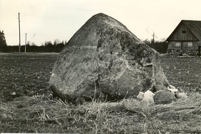 Lohukivi edelast. Foto: O. Mutler, 05.05.1982.