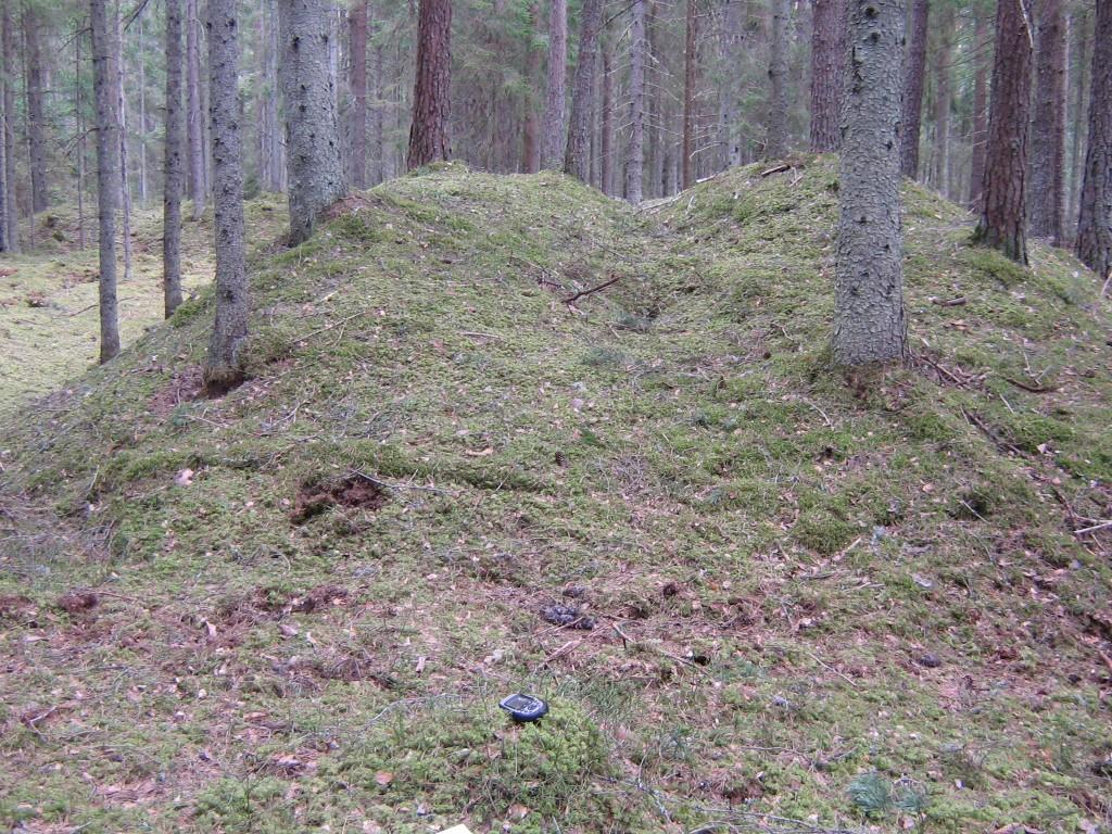 Kunagi on läbi terve kääpa kaevatud suur kraav. Kääpaid mainis 19. sajandil juba harrastusarheoloog Jaan Jung. Vaade lõhutud kääpale.