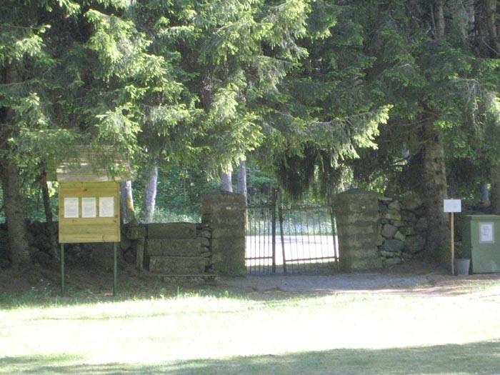 Vaade surnuaia väravale. Foto: M.Koppel 2009.