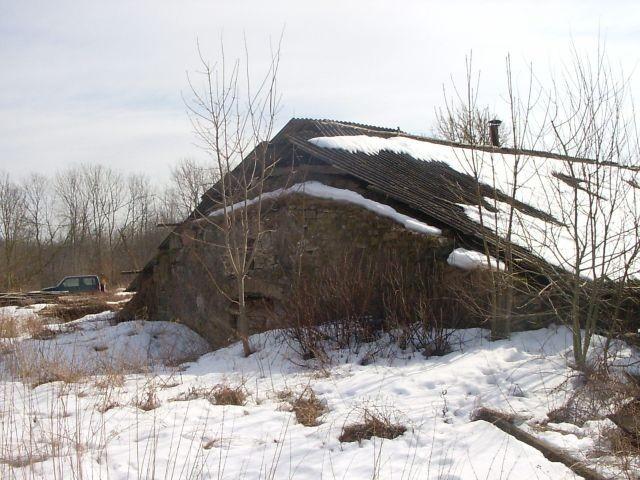 Vaade kelder 2 loodest, hoone kirdepoolne otsasein    Autor Tarvi Sits    Kuupäev  30.03.2005