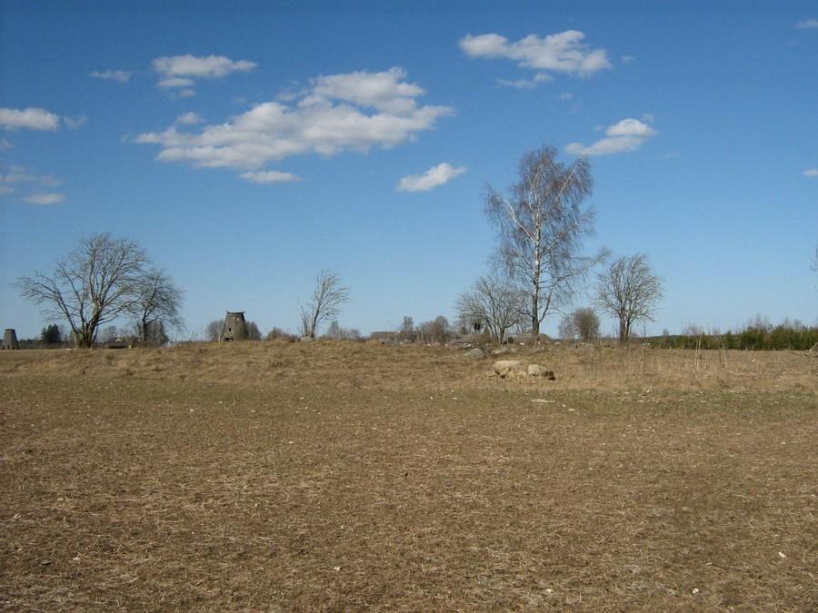 Neli kivikalmet, vaade lõunast Kehala veski taustal. Foto: M. Abel, 26.04.2010.