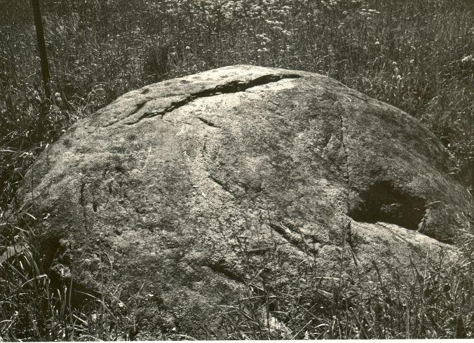 Lohukivi põhjast. Foto: H. Joonuks, 1979.