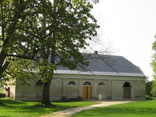 Varangu mõisa tõllakuur: vaade põhjast, peahoone eest, ees näha omanik aeg:19.05.2010 autor: Anne Kaldam