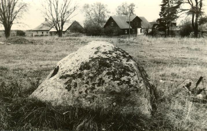 Kultusekivi reg nr 10940. Foto: H. Joonuks, 1971.