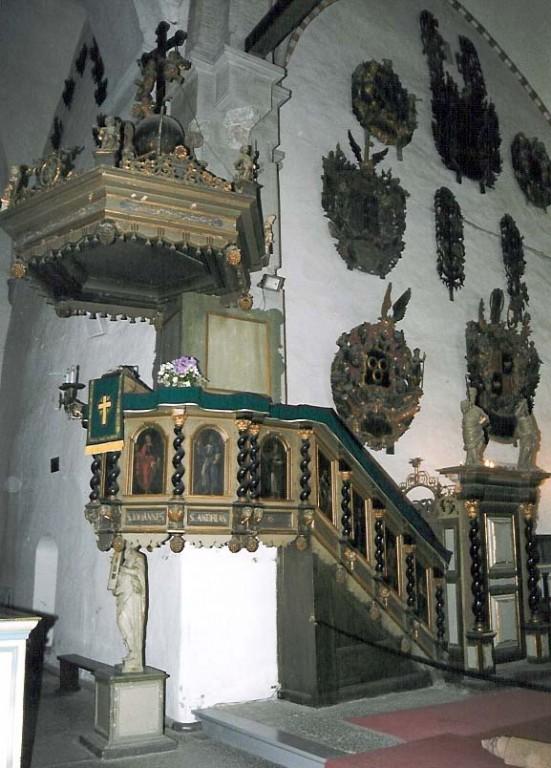 Kantsel kõlaräästaga. Chr. Ackermann, 1686, kõlaräästas: J. V. Rabe, umb. 1720 (puit, polükroomia, õli). Foto: J. Heinla 2003