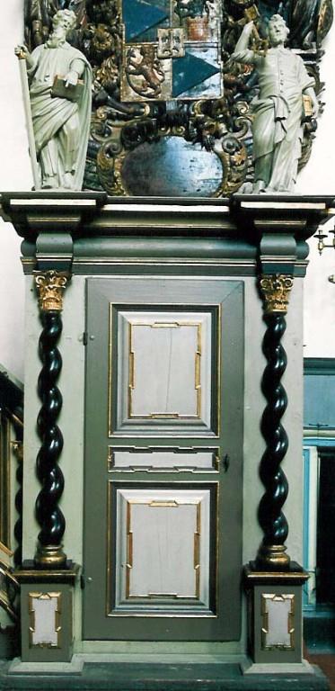 Kantsel kõlaräästaga. Chr. Ackermann, 1686, kõlaräästas: J. V. Rabe, umb. 1720 (puit, polükroomia, õli). Uks. Foto: J. Heinla 2003