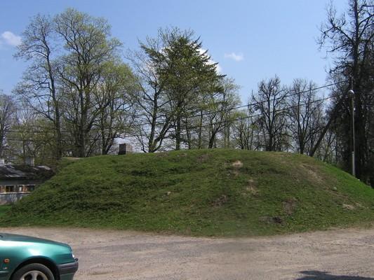 Vaeküla mõisa kelder, 5823, vaade läänest aeg: 13.05.2010 autor: Anne Kaldam