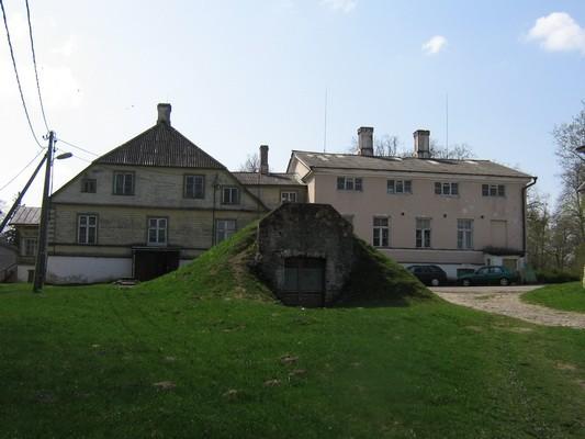 Vaeküla mõisa kelder, 5823, taamal mõisa peahoone,vaade põhjast aeg: 13.05.2010 autor: Anne Kaldam
