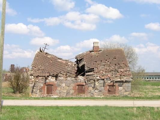 Vaeküla mõisa sepikoda, näha sissevarisenud katus  Autor Anne Kaldam  Kuupäev  13.05.2010