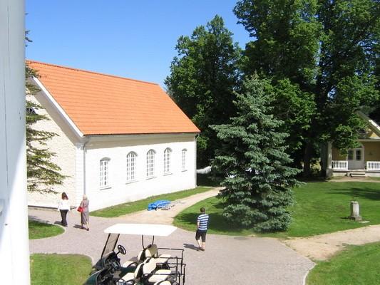 Vihula mõisa teenijatemaja 2 reg. nr. 15964,  vaade peahoone rõdult  Autor : ANNE KALDAM  Kuupäev