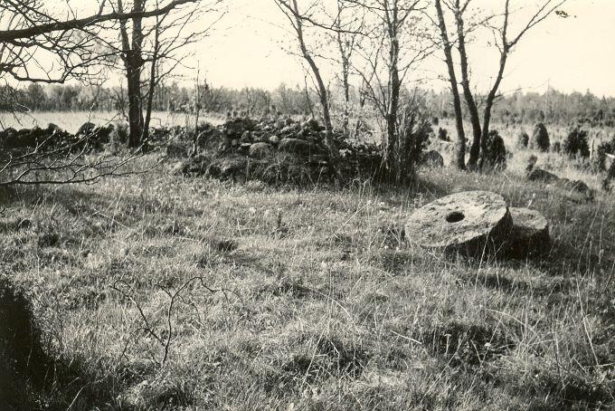 Kivikalme - põhjast. Foto: E. Väljal, 15.05.1984.