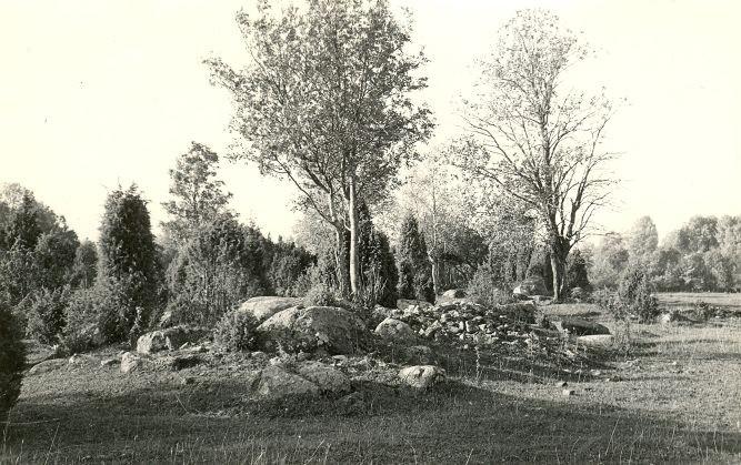 Kivikalmed (reg nr 12710-12724) - kirdest. Foto: E. Väljal, 06.10.1982.