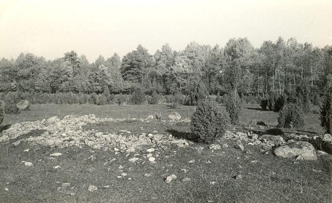 Kivikalmed (reg nr 12710-12724) - kagust. Foto: E. Väljal, 06.10.1982.