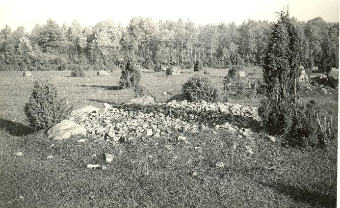 Kivikalmed (12710-12724) - lõunast. Foto: E. Väljal, 06.10.1982.