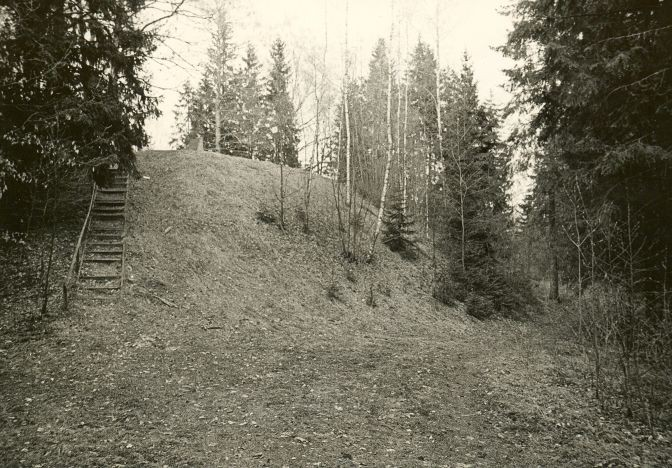 Linnamägi. Foto: O. Kõll, 29.04.1980.