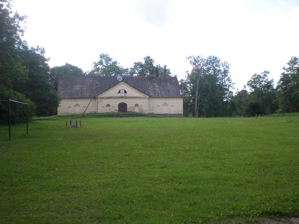 Karksi mõisa park, esiväljak aidaga foto Riina Pau 29.07.2010