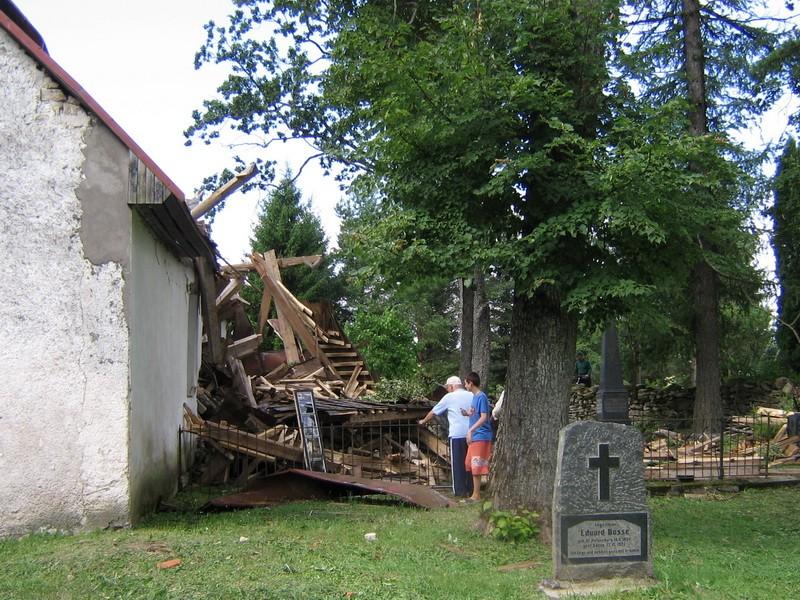 Väike-Maarja kirik 16107-tormikahjustused 08.08.2010 tornikiiver läänepoolsel kabelikatusel- vaade põhjapoolsele kalmistu osale. Autor Anne Kaldam  Kuupäev  09.08.2010