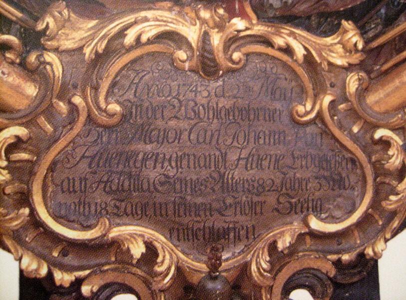 C. J. v. Hüenegeni (Hüene) vappepitaaf. Umb. 1743 (puit, polükroomia). Detailvaade. Foto: Toomkiriku vapitöökoda 2003