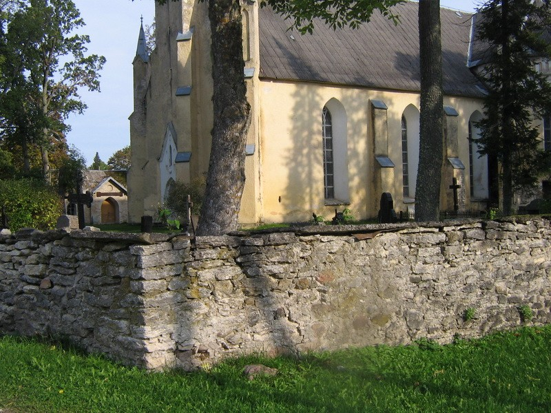 Simuna kirikuaia piirdemüür, 15623, vaade piirdemüüri lõunapoolsele taastatud nurgale  Autor : Anne Kaldam  Kuupäev : 24.09.2010