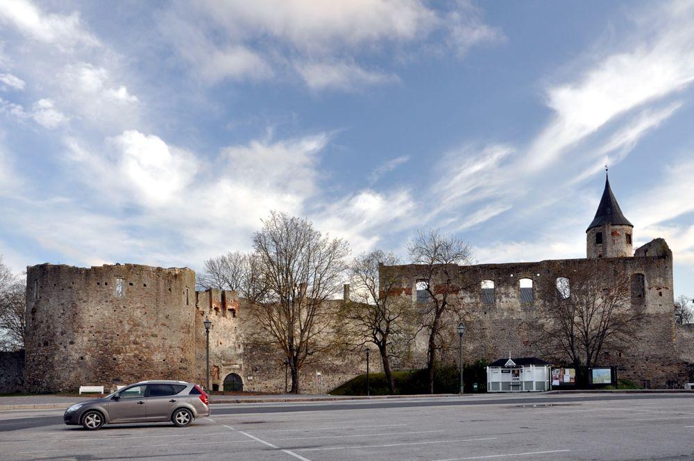 Vaade linnuse põhjaseinale Lossiplatsilt  Tõnis Padu foto 10.mai 2010