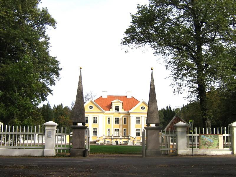 Palmse mõisa park reg. nr. 15894, vaade läänest eesõuele läbi peaväravate  autor: Anne Kaldam aeg: 23.09.2010