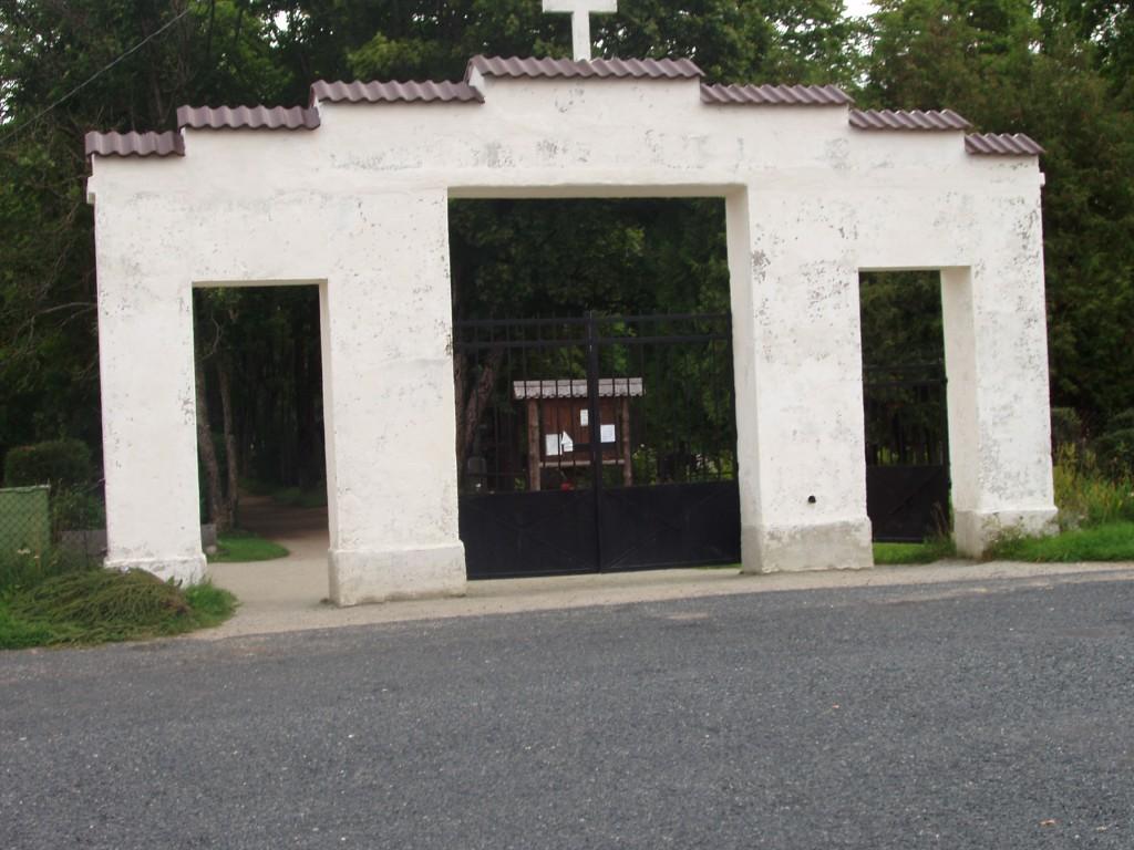 Tapa linna kalmistu, reg. nr 5789. Vaade edelast peaväravale. Foto: I. Raudvassar, kuupäev 16.08.2005