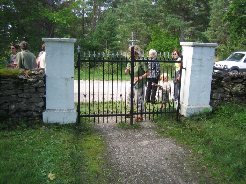 kirikuaia piirdemüür ja värav  Autor J. Paenurm  Kuupäev  17.08.2005
