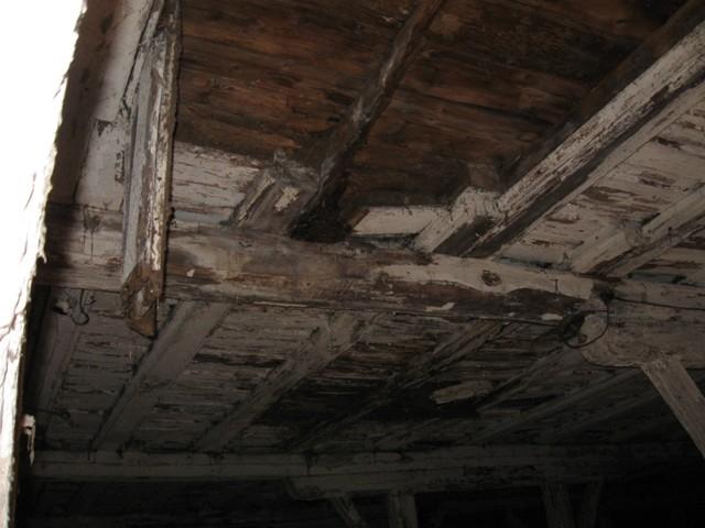 Väimela mõisa laut, 1882. Kahjustatud vahelagi. Foto Tõnis Taavet, 26.10.2010.