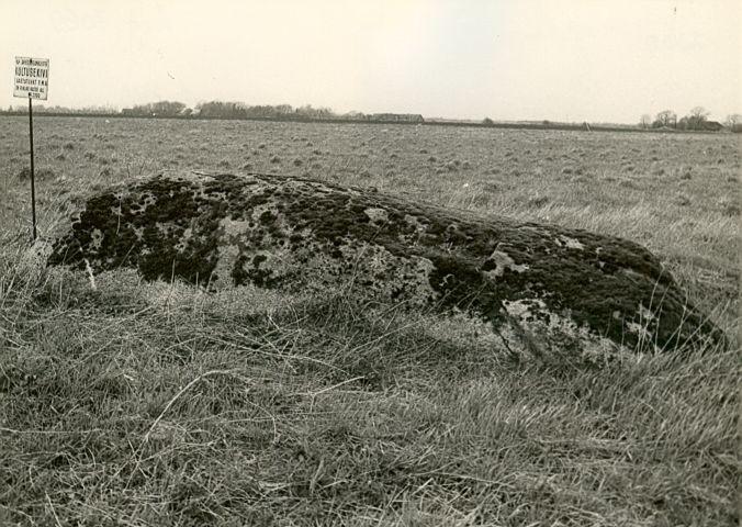 E. Väljal. 1980. aastad. Vaade mälestisele idast.