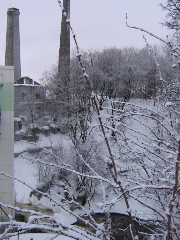 Kunda tsemendivabriku Dietz-ahju korsten nr 1, taamal vasakpoolne korsten , vaade idast õle jõe  autor: Anne Kaldam kuupäev: 19.01.2011