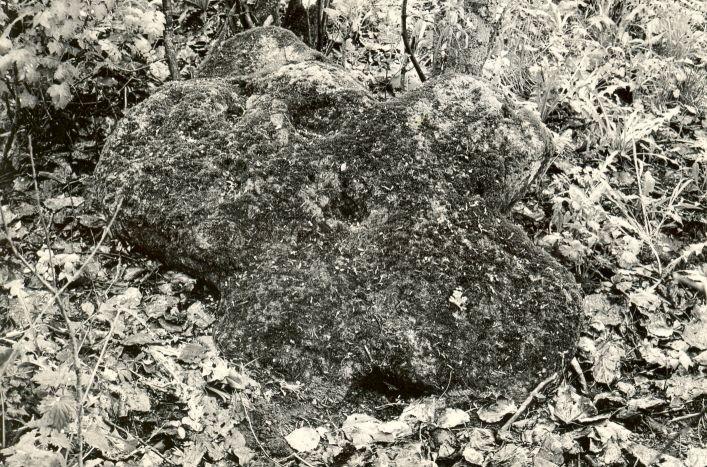 Kivirist maa-alusel kalmistul. Foto: M. Pakler, 12.05.1986.