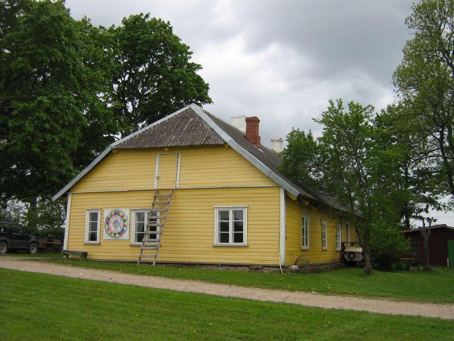 Pöögle-Maie külakooli hoone Vaade sissesõidu teelt 25.05.2010 A.Kivi