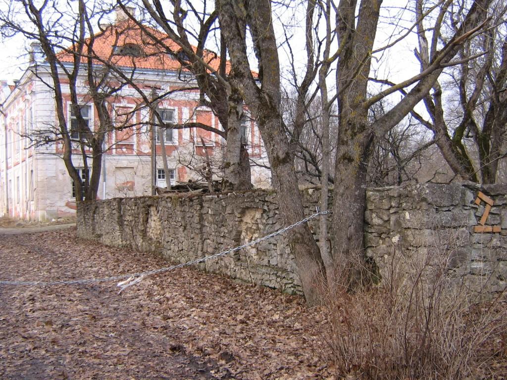 Liigvalla mõisa pargi piirdemüür 15715. vaade edelast  Autor AnneKaldam  Kuupäev  09.04.2006