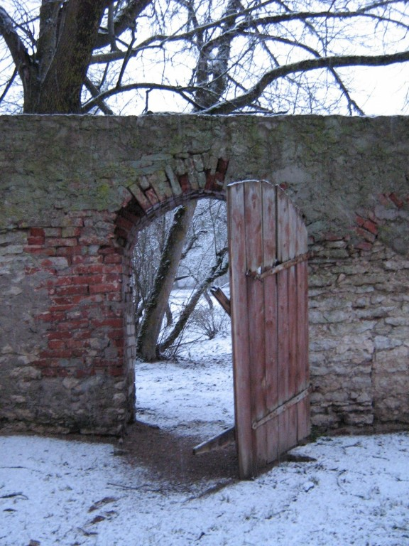 Anija mõisa parki ümbritseb piirdemüür, sissepääs pargi territooriumile.