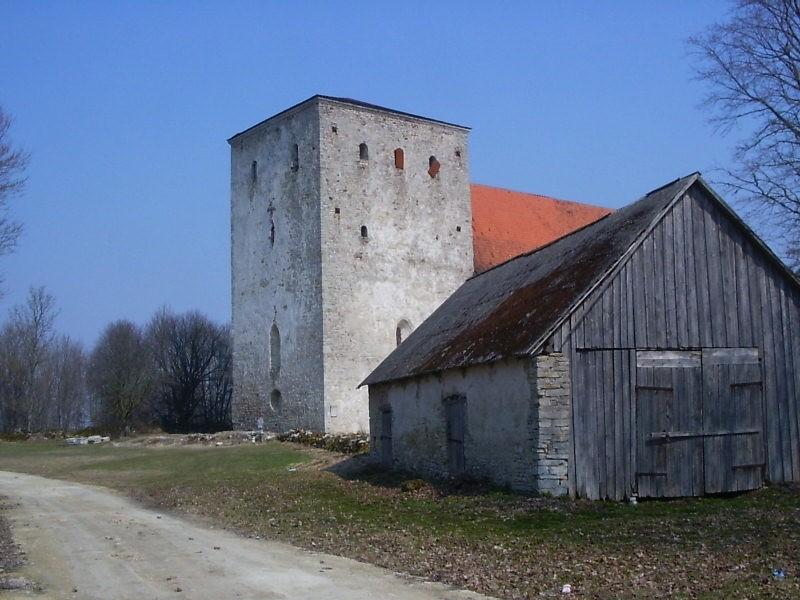 Vaade väravast koos kuuriga. Foto: Lilian Hansar. Kuupäev  26.04.2006