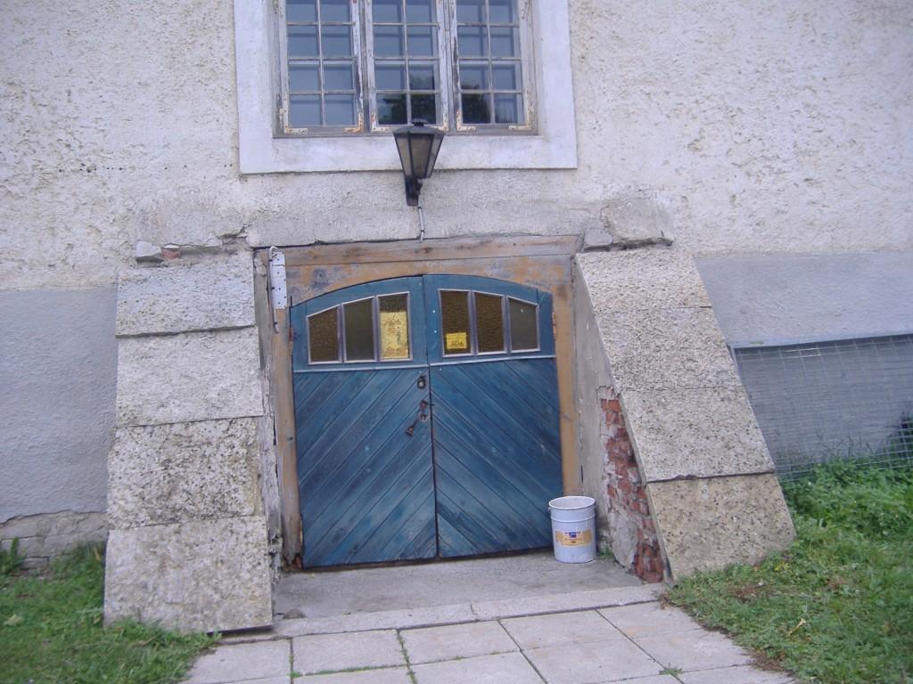 Vaade Kolga mõisa valitsejamaja keldri sissepääsule  2010. Ly Renter