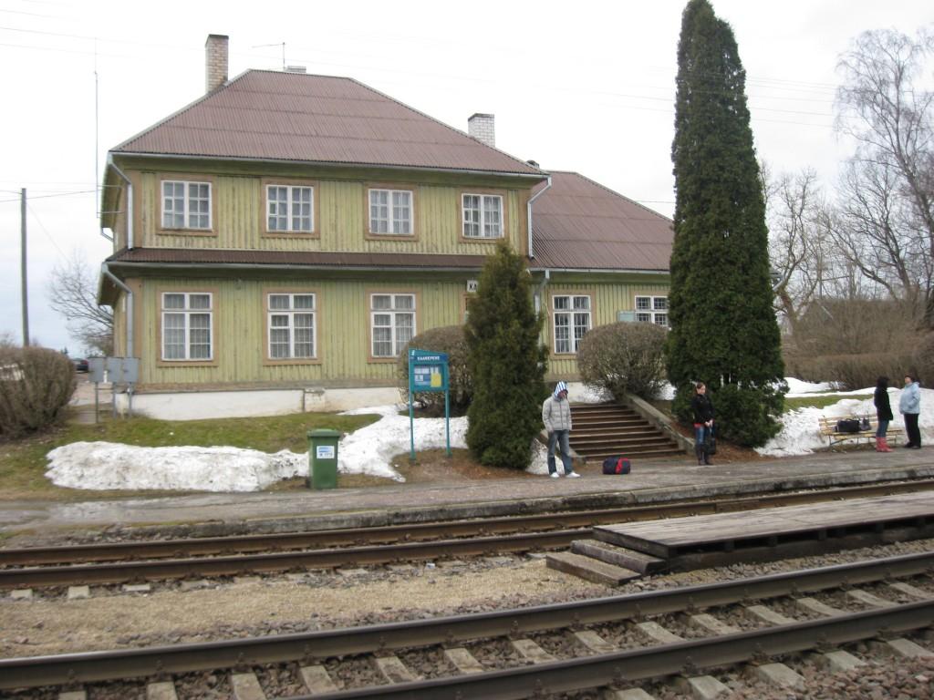 Raudteejaama hoone raudtee pool Autor S.Raidvere Kuupäev 04.04.2010