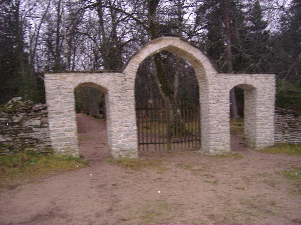 Kuusalu kalmistu värav  Autor Ly Renter  Kuupäev  23.11.2006