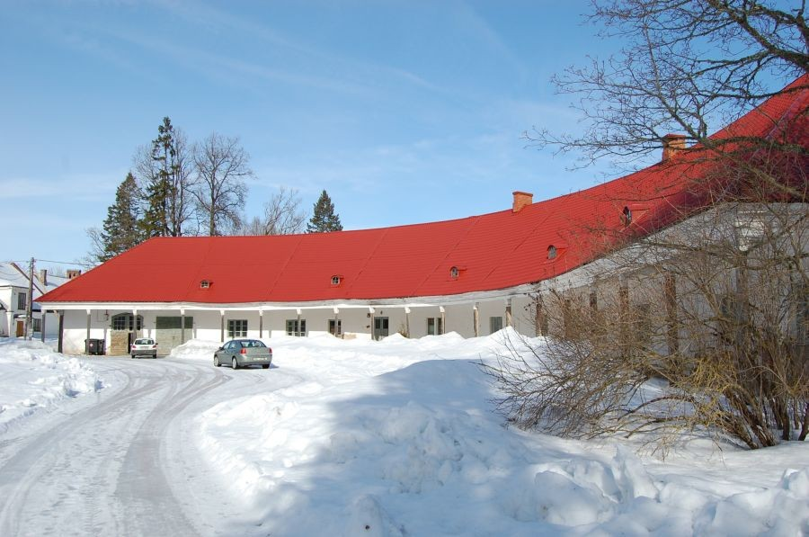 Vaade peavärava poolt  Õisu mõisa tall-tõllakuurile  17.03.2011 Tiia Kallas