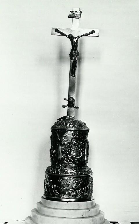 Krutsifiks (altari-). 19. saj. (messing, kullatud). Foto: Avo Sillasoo, 1978