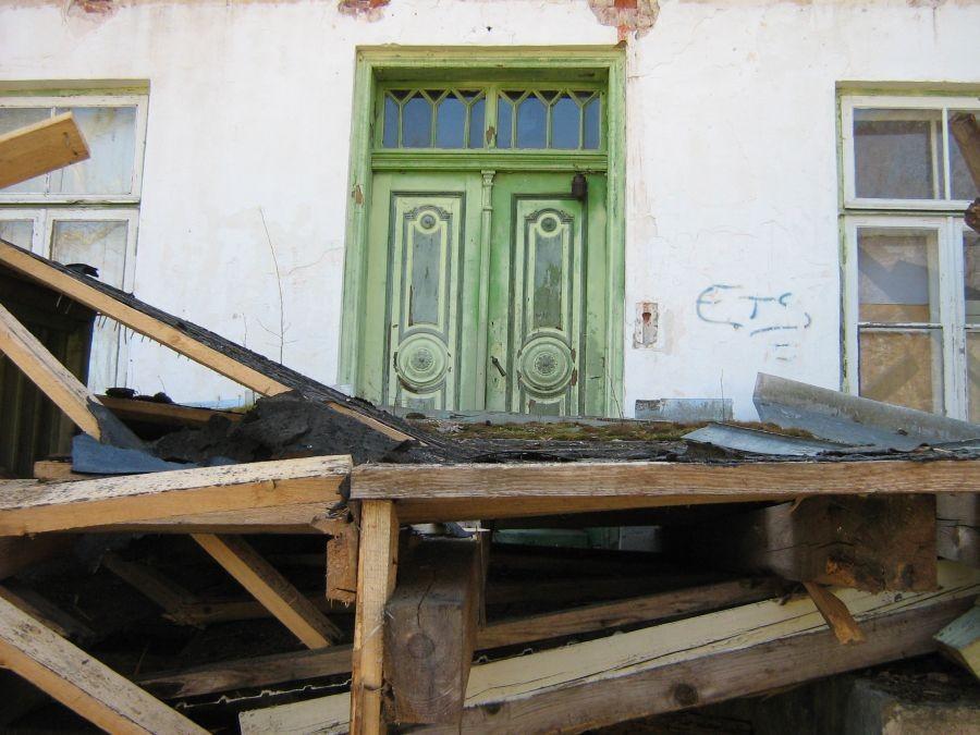 Polli mõisa peahoone lagunenud varikatus põhjaküljel Autor A.Kivi 26.04.2011