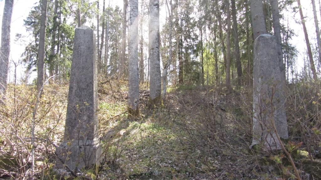 Tagumise pääsu postid, vaade kalmistualale Nele Rent 28.04.2011
