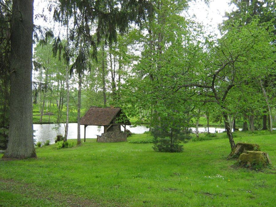 Peetri mõisa peahoone juurest vaade järvele Foto Anne Kivi 24.05.2011