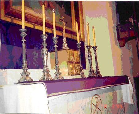 Peaaltar- mensa. 19. saj. (valge marmor, kullatud) Foto: Jaanus Heinla,  2003