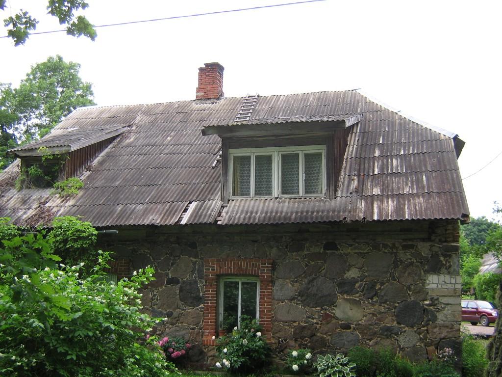 Vaade pargipoolselt küljelt katusele. Katuses defektid. 15.06.2011 Viktor Lõhmus